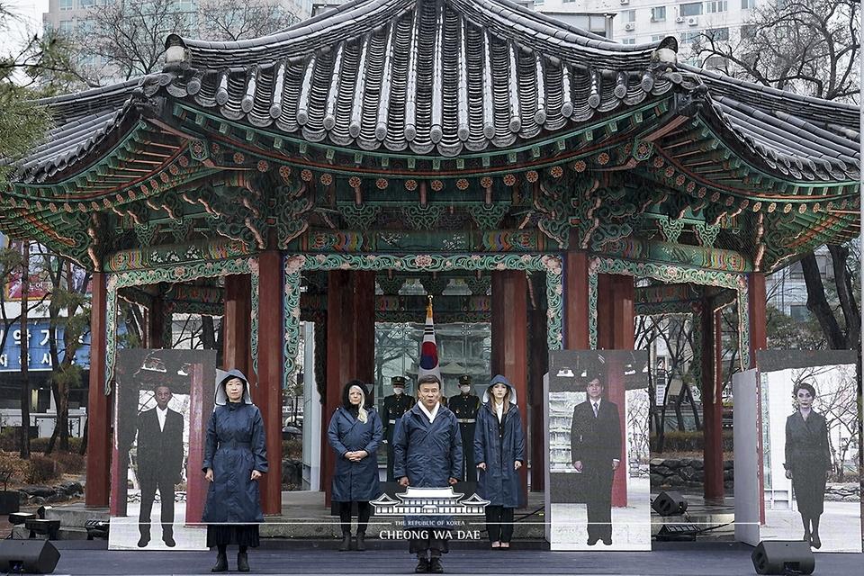 김원웅 광복회장이 1일 오전 서울 종로구 탑골공원에서 열린 제102주년 3.1절 기념식에서 독립선언서 낭독을 하고 있다.