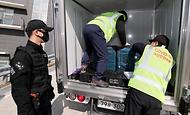 28일 울릉도에 도착한 코로나19 백신 수송 차량이 이동하고 있다.