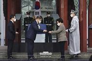 문재인 대통령이 1일 오전 서울 종로구 탑골공원에서 열린 제102주년 3.1절 기념식에서 건국훈장 애국장을 수여하고 있다.