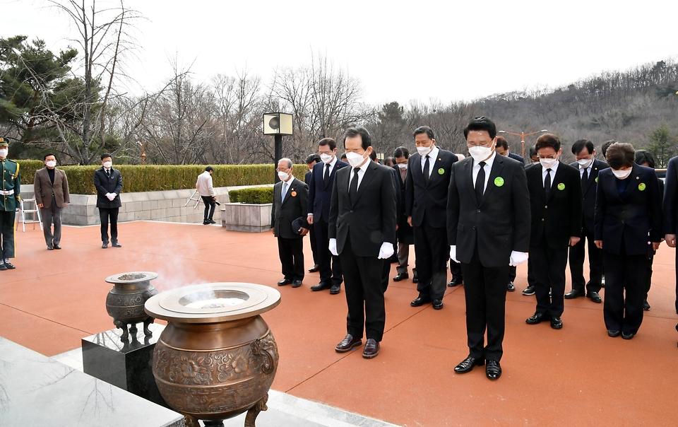 정세균 국무총리가 28일 대구 달서구 두류공원 2·28 학생의거 기념탑에서 분향 및 참배를 하고 있다.