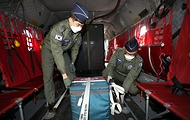 28일 경기도 이천 육군특수전사령부 헬기장에서 공군 장병들이 울릉도로 수송될 코로나19 백신을 시누크 헬기에 결박시키고 있다.