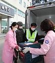 28일 울릉보건의료원 관계자에게 코로나19 백신이 인계되고 있다.
