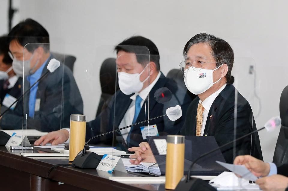 성윤모 산업통상자원부 장관이 2일 오후 인천광역시 서구 SK석유화학 본사에서 열린 제3차 수소경제위원회에서 발언하고 있다.