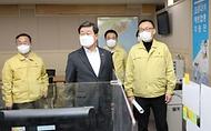 전해철 행정안전부 장관이 2일 오후 세종시 정부2청사 '코로나19 예방접종지원단'을 방문, 사무실을 둘러보고 있다.