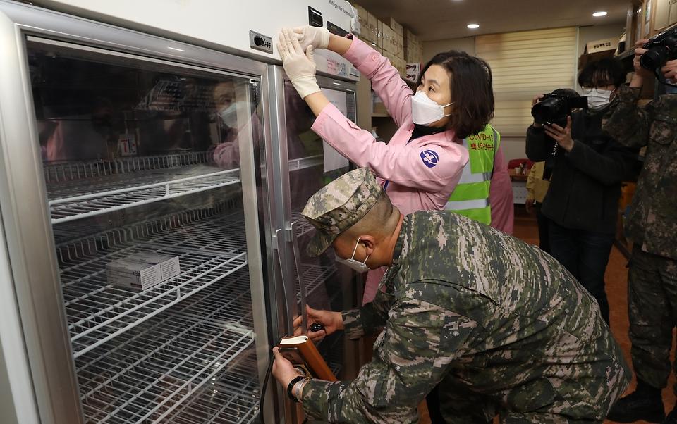28일 울릉보건의료원 관계자와 군 관계자가 코로나19 백신이 보관된 냉장고에 잠금장치를 부착하고 있다.