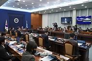 문재인 대통령이 2일 오전 청와대 여민관에서 열린 제9회 국무회의를 주재하고 있다.