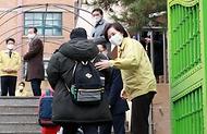 유은혜 사회부총리 겸 교육부 장관이 2021학년도 새 학기 개학날인 2일 서울 청운초등학교를 방문, 학생들에게 인사하고 있다.