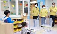 유은혜 사회부총리 겸 교육부 장관이 2021학년도 새 학기 개학날인 2일 서울 청운초등학교를 방문, 방역과 수업 준비 상황을 점검하고 있다.