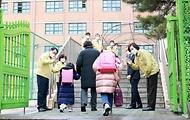 유은혜 사회부총리 겸 교육부 장관이 2021학년도 새 학기 개학날인 2일 서울 청운초등학교를 방문, 학생들의 등교를 지도하고 있다.