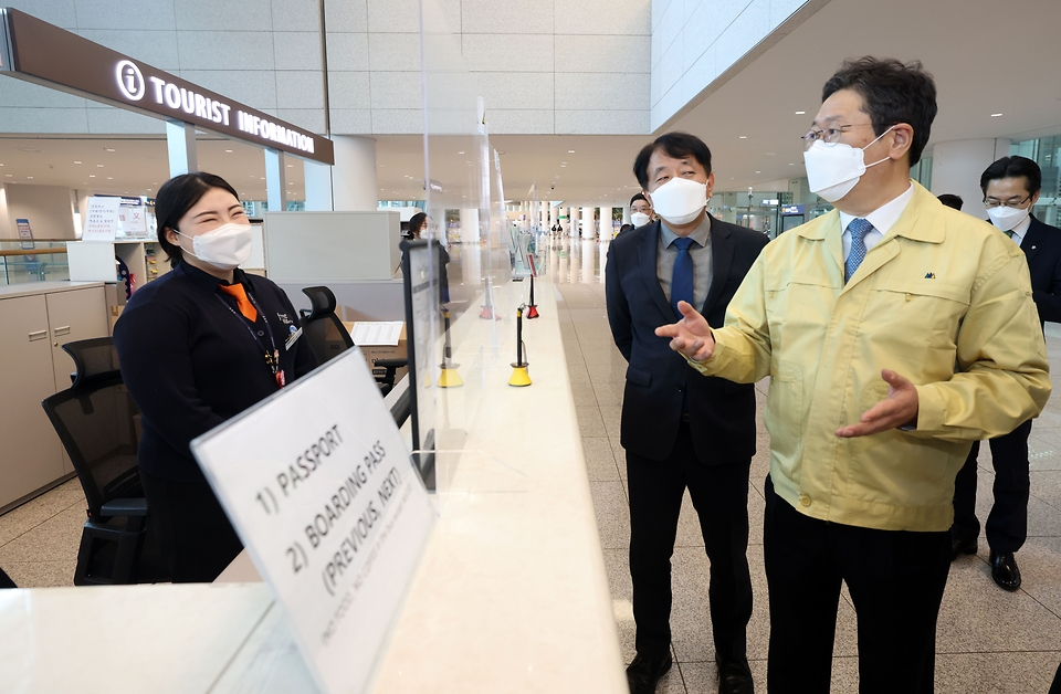 황희 문화체육관광부 장관이 3일 인천 중구 인천국제공항 제2여객터미널에서 관광안내소를 방문해 직원을 격려하고 있다.