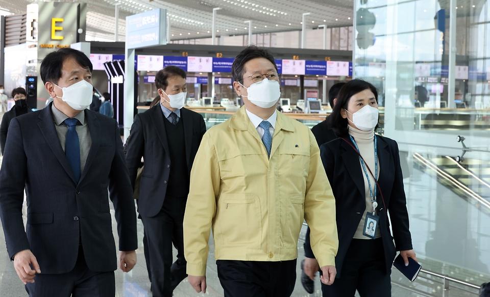 황희 문화체육관광부 장관이 3일 인천 중구 인천국제공항 제2여객터미널에서 코로나19 관련 방역 상황을 점검하고 있다.