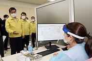 전해철 행정안전부 장관이 3일 오후 대구시 중구 소재 코로나19 백신 예방접종센터(계명대학교 대구동산병원)을 방문, 예방접종 추진상황 현장을 점검하고 있다.