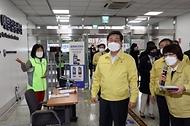 전해철 행정안전부 장관이 3일 오후 대구시 중구 소재 코로나19 백신 예방접종센터(계명대학교 대구동산병원)을 방문하고 있다.