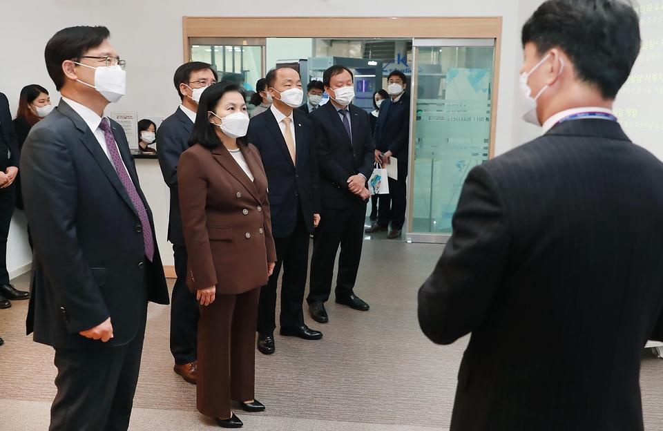 유명희 산업통상자원부 통상교섭본부장이 4일 오전 서울 대한무역투자진흥공사(KOTRA)에 개소한 소상공인 수출지원센터를 둘러보고 있다.
