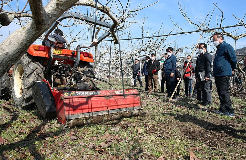 3일 농업 미세먼지 절감을 위한 '영농부산물 파쇄 현장 연시회'가 열린 전남 장성군의 과수원에서 농업 관계자가 파쇄 작업을 시연하고 있다.