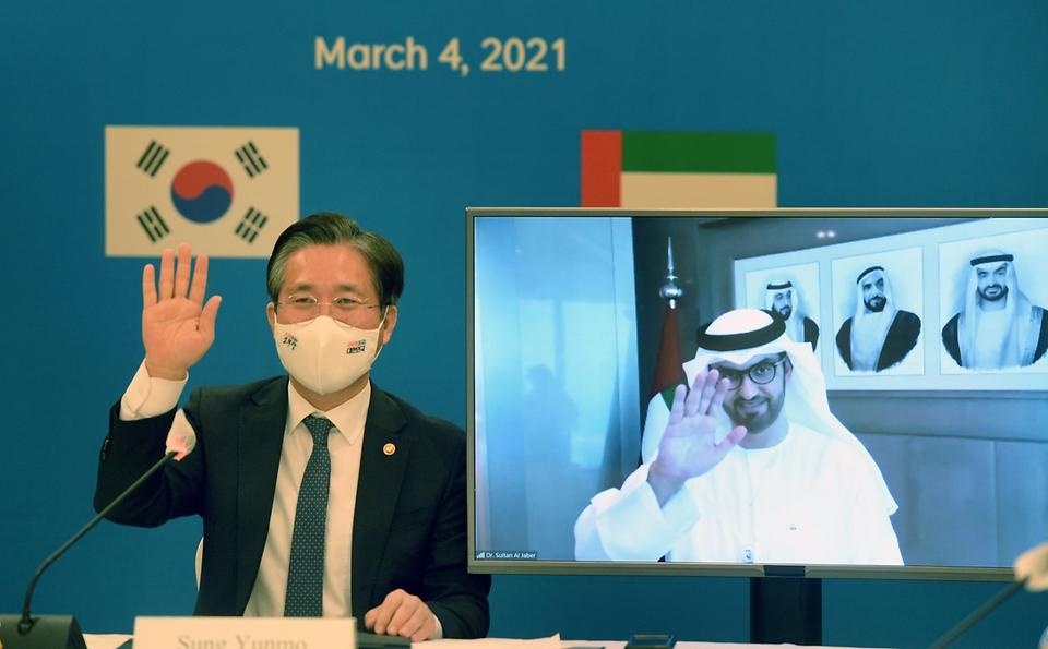 성윤모 산업통상자원부 장관이 4일 오후 서울 중구 소공동 롯데호텔에서 열린 '한-UAE 산업·에너지 협력포럼'에서 인사하고 있다.