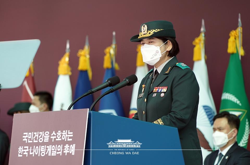정의숙 국군간호사관학교장이 5일 대전광역시 국군간호사관학교에서 열린 제61기 졸업 및 임관식에서 식사하고 있다.