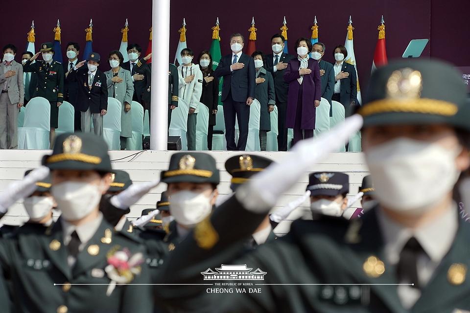 문재인 대통령과 김정숙 여사가 5일 오후 대전광역시 국군간호사관학교에서 열린 제61기 졸업 및 임관식에 참석해 국기에 경례를 하고 있다.
