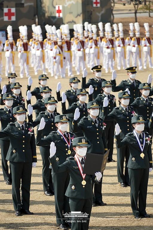 5일 대전광역시 국군간호사관학교에서 열린 제61기 졸업 및 임관식에서 졸업생도들이 임관 선서를 하고 있다.