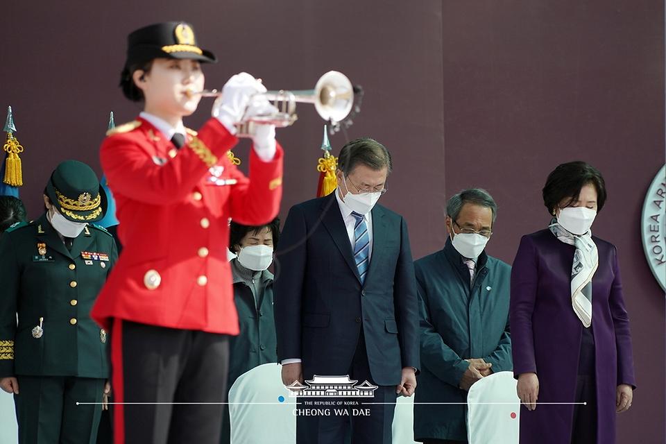 문재인 대통령과 김정숙 여사가 5일 오후 대전광역시 국군간호사관학교에서 열린 제61기 졸업 및 임관식에 참석해 묵념을 하고 있다.