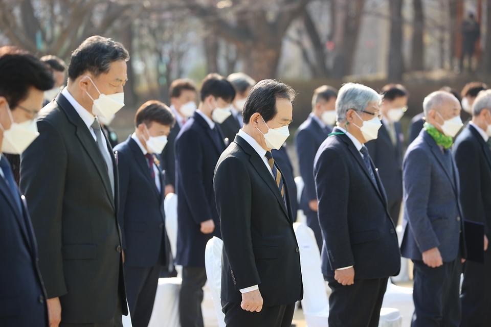 정세균 국무총리가 8일 오후 대전시청 남문광장에서 열린 제61주년 3.8민주의거 기념식에 참석하여 주요 내빈과 함께 국민의례를 하고 있다.