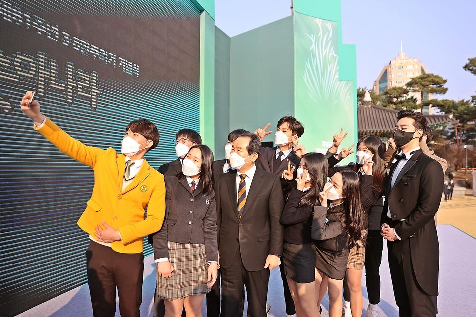 8일 오후 대전시청 남문광장에서 열린 제61주년 3.8민주의거 기념식에서 학생들과 기념촬영을 하고 있다.