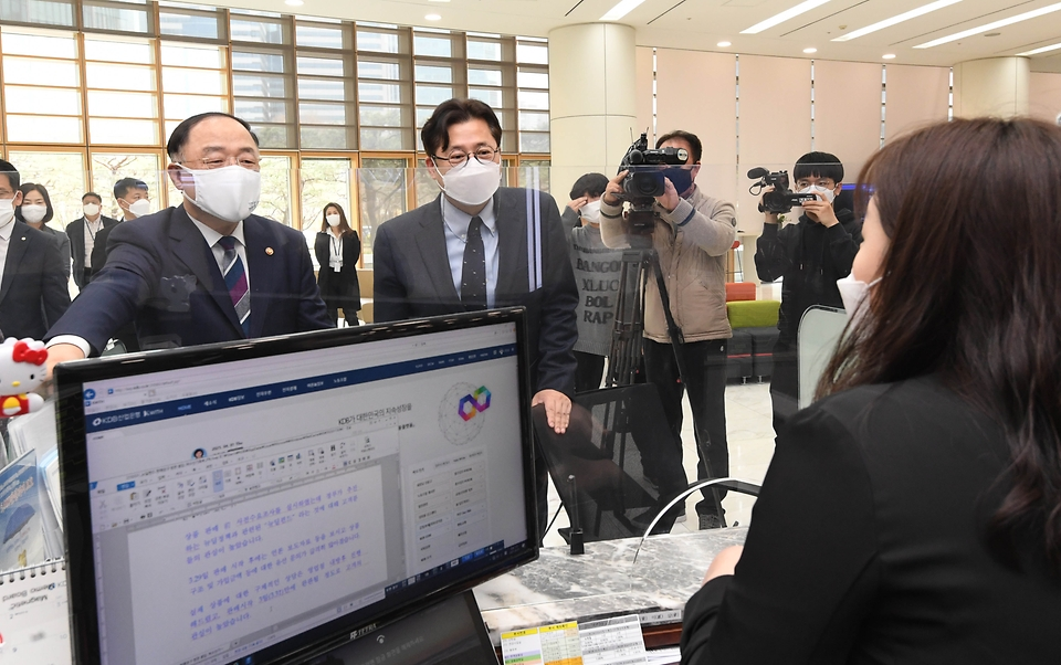 홍남기 경제부총리 겸 기획재정부 장관과 홍익표 더불어민주당 정책위의장이 1일 서울 여의도 산업은행 뉴딜펀드 판매 창구를 방문, 펀드 판매 직원을 격려하고 있다.