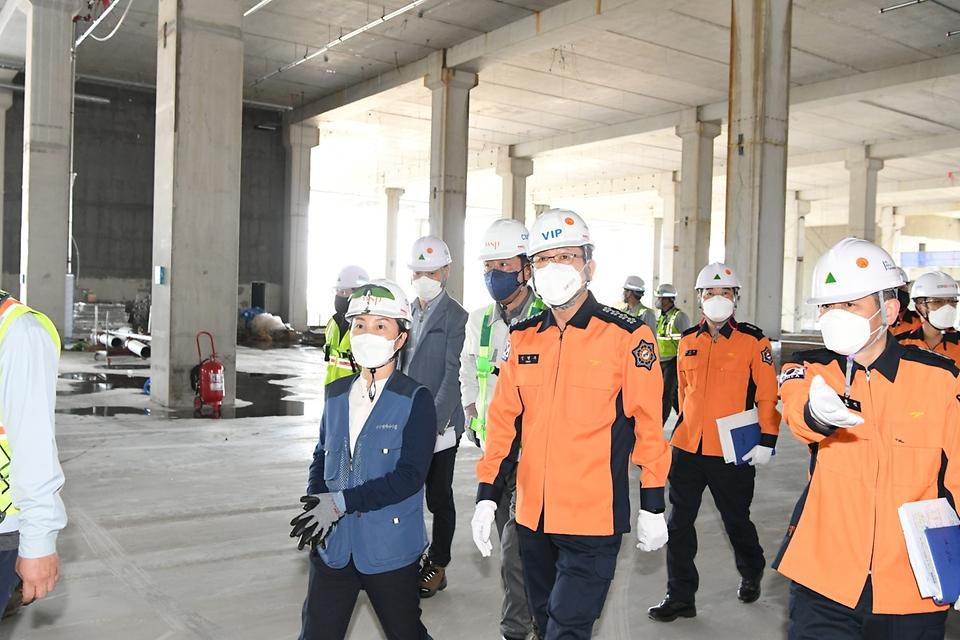 신열우 소방청장이 6일 대구 달성군 쿠팡 대구물류센터 건설 현장에서 화재안전점검을 실시하고 있다.