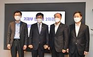 안도걸 기획재정부 차관이 8일 서울 마포구 신사업창업사관학교(드림 스퀘어)를 방문, 기념촬영을 하고 있다.