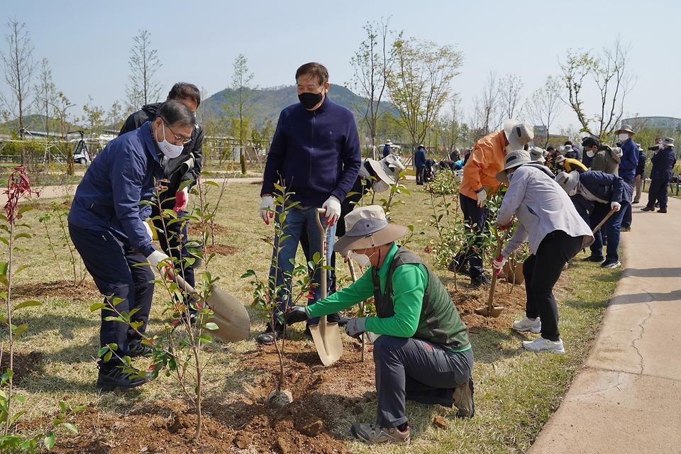 최병암 산림청장이 4월 10일 세종시 국립세종수목원에서 열린 '2050 탄소중립! 나무심기로 실천' 행사에 참석해 임업기관·단체장들과 함께 나무를 심고 있다.