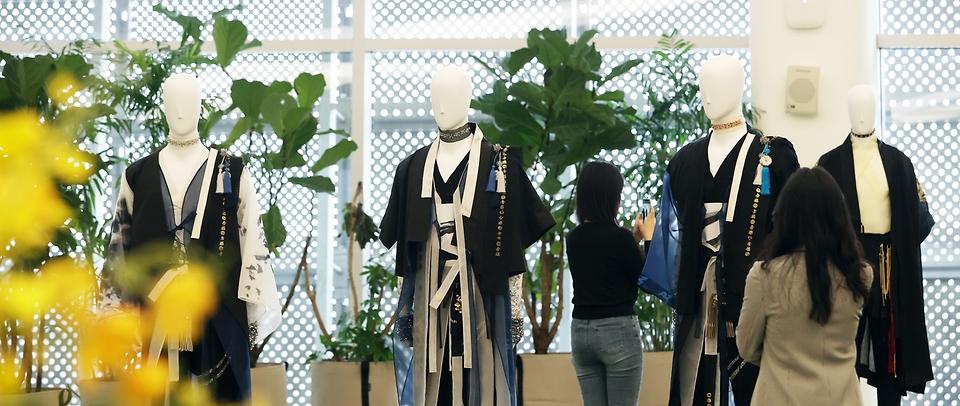 13일 서울 중구 동대문디자인플라자(DDP)에서 케이팝x한복 전시회가 열렸다. 이날 전시된 한복은 방탄소년단, 블랙핑크, 지코 등 한류 연예인들이 실제 입었던 한복이 전시되었다.