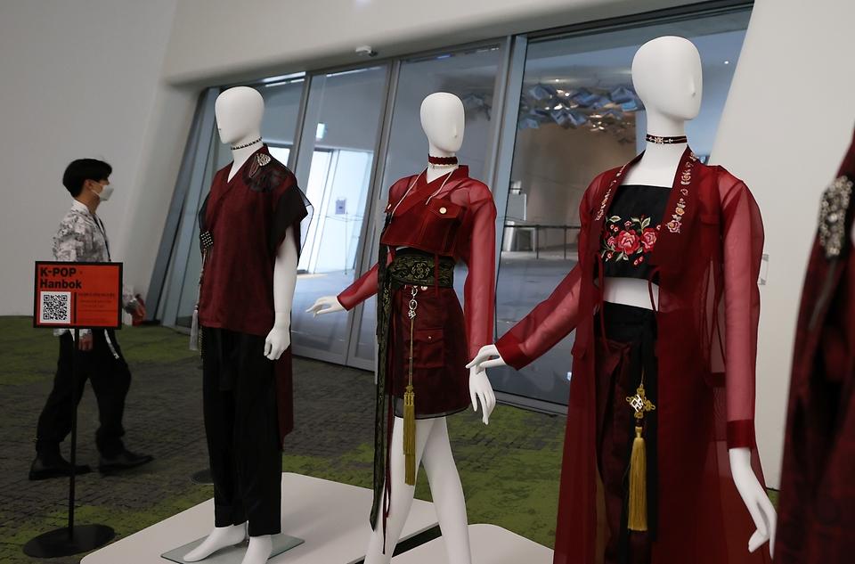 서울 중구 동대문디자인플라자(DDP)에서는 케이팝x한복 전시회가 열리고 있다. 이날 전시장에 근무중인 직원들도 멋스러운 한복을 입고 한류 연예인들이 실제 입었던 한복 앞에서 기념촬영을 하고 있다.