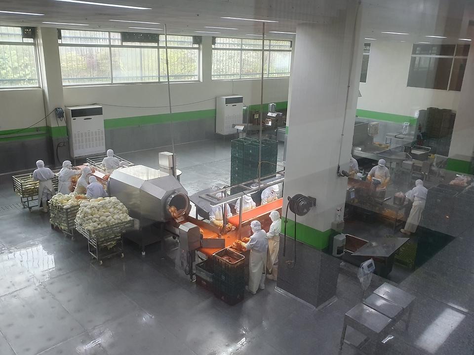 16일 권칠승 중소벤처기업부 장관이 수원 소재 김치 스마트공장을 구축해 운영 중인 풍미식품을 찾아 생산시설을 살펴보고 있다.