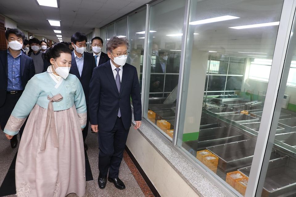 16일 권칠승 중소벤처기업부 장관이 수원 소재 김치 스마트공장을 구축해 운영 중인 풍미식품을 찾아 생산시설을 둘러보고 있다.