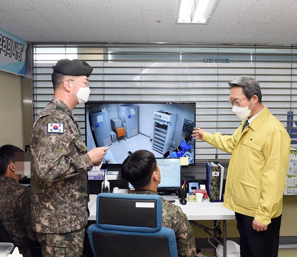 김희겸 행정안전부 재난안전관리본부장이 16일 오후 인천 동구 송림체육관에 마련된 백신 예방접종센터를 방문해 관제실을 점검하고 있다.