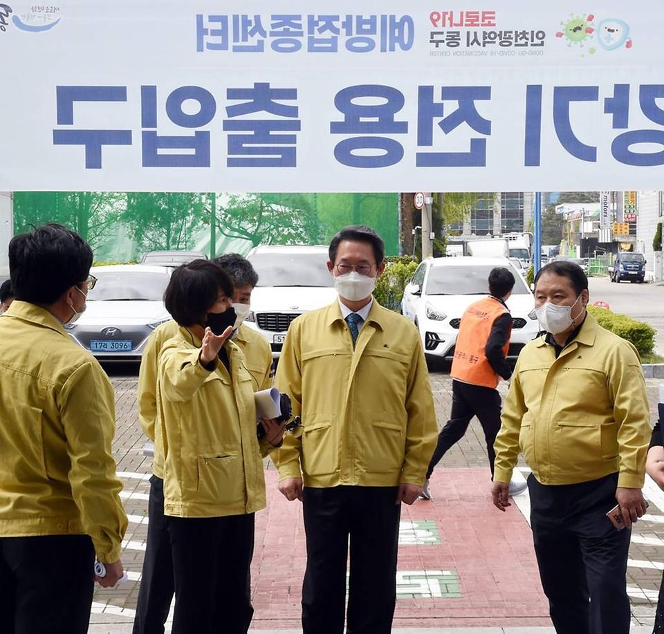 김희겸 행정안전부 재난안전관리본부장이 16일 오후 인천 동구 송림체육관에 마련된 백신 예방접종센터를 방문해 직원으로부터 애로사항을 청취하고 있다.
