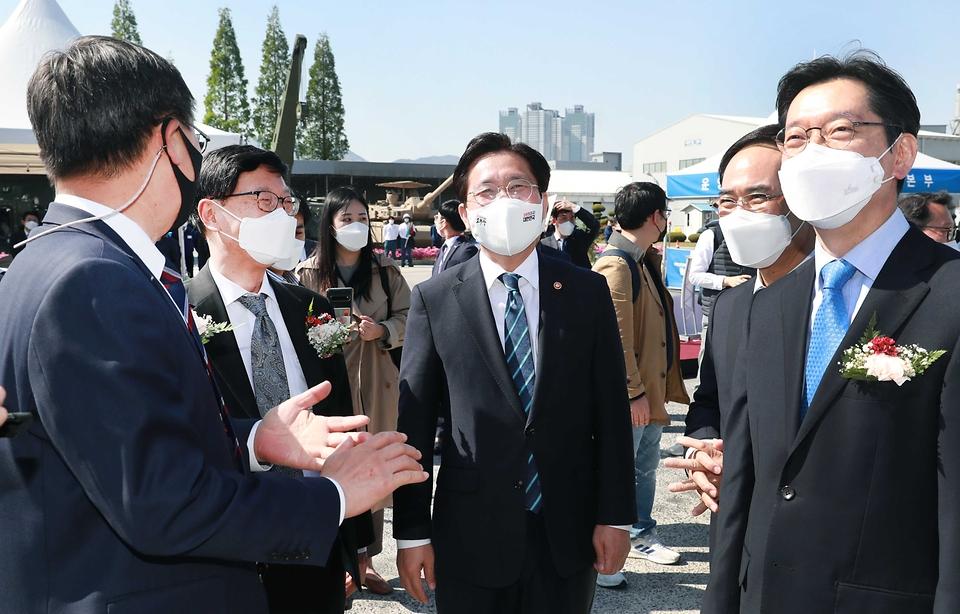 성윤모 산업통상자원부 장관이 19일 오후 경남 창원시 현대로템 창원공장에서 열린 수소트램 컨셉카 공개행사에 참석하고 있다.