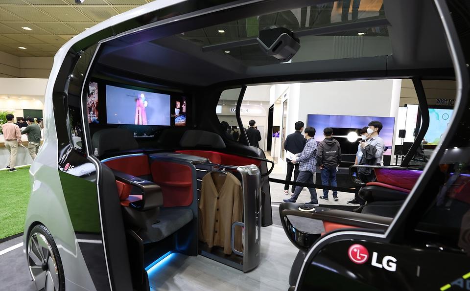 서울 강남구 코엑스에서 우리 일상과 더 가까워진 IT 기술을 한자리에서 볼 수 있는 2021 월드 IT쇼 및 ICT기술사업화 페스티벌이 동시에 열리고 있다.