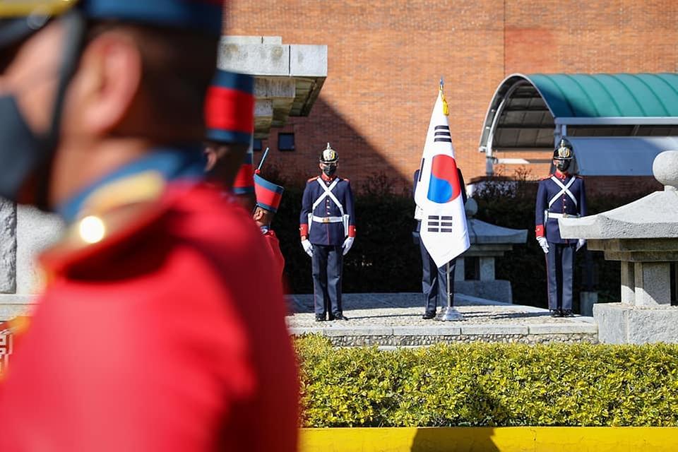 콜롬비아의 한국전 참전 70주년을 기념하고 기억하기 위해 외교부 최종건 1차관 등 우리 대표단이 20일(현지시간) 콜롬비아 참전기념탑을 방문하고 있다.