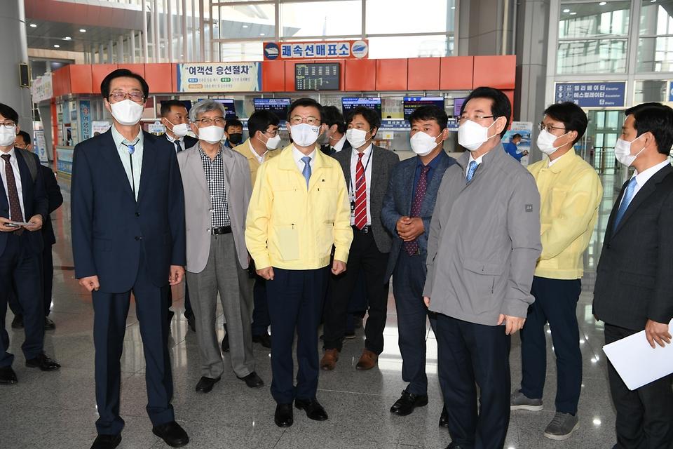 문성혁 해양수산부 장관이 22일 오후 전남 목포시 연안여객터미널을 방문해 신종 코로나바이러스 감염증(코로나19) 방역 상황을 점검하고 있다.