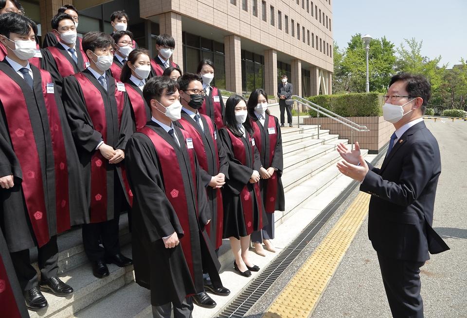박범계 법무부장관이 신임검사들을 격려하고 있다.