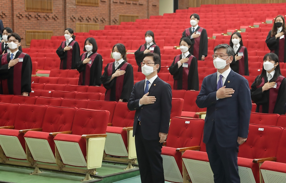 박범계 법무부장관이 국민의례를 하고 있다.