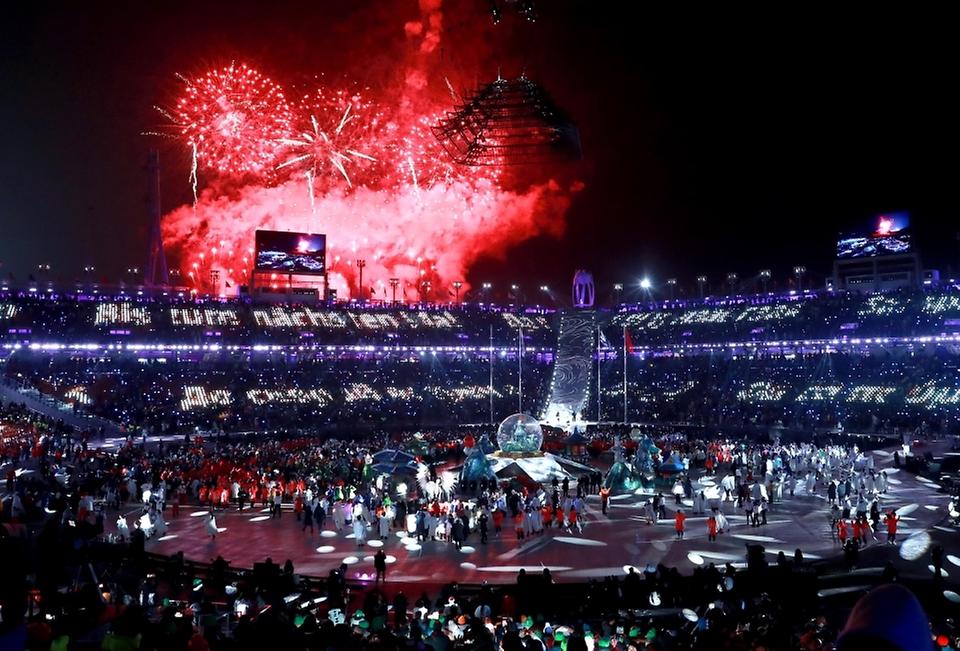 <p><strong>[세계 속 위상 높아진 한국]</strong></p><p>2018.2.25 | 2018 평창 동계올림픽대회 폐회식<br>대한민국에서 30년만에 치러진 평창 동계올림픽은 92개국에서 2920명의 선수단이 참가, 동계올림픽 사상 최대 규모의 대회로 기록됐다. 아울러 우리의 문화 역량과 첨단기술을 선보인 '문화올림픽'이자 'ICT 올림픽'으로 한국의 품격을 전세계에 다시 한 번 알리는 계기가 됐다. 뒤이어 치러진 평창 동계패럴림픽 또한 역대 최대 규모, 최고 흥행을 기록하며 성공적으로 열렸다.</p>