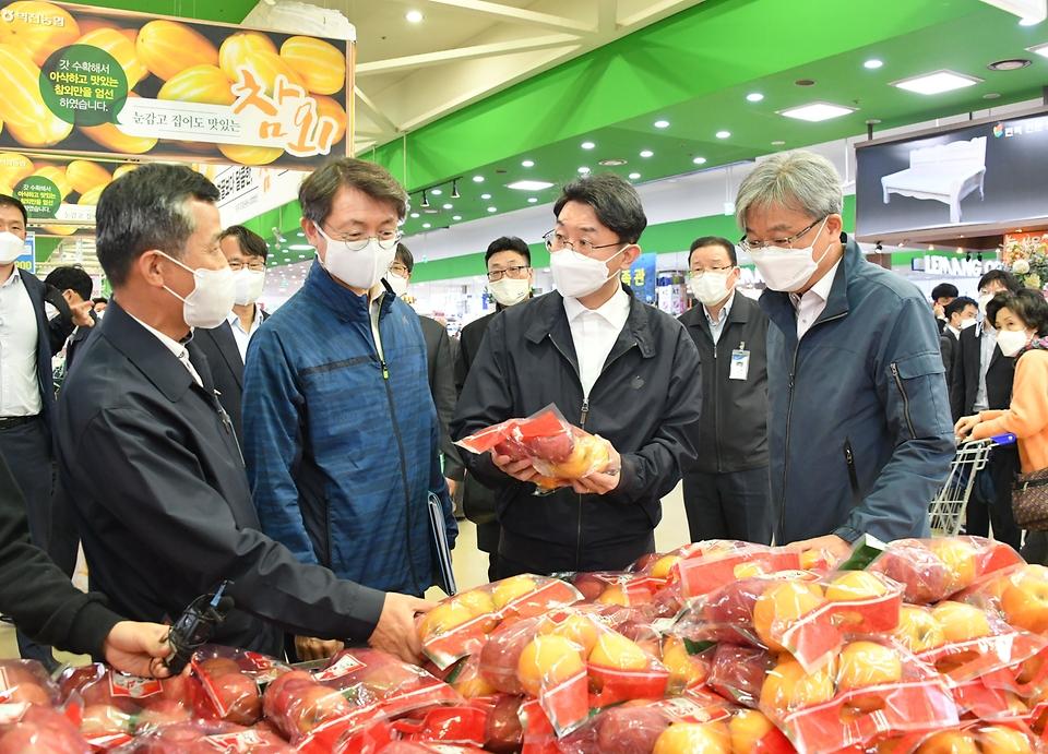 이억원 기획재정부 차관이 4일 서울 서초구 양재동 농협 하나로마트를 방문, 농수산품 가격 및 수급동향을 점검하고 있다.