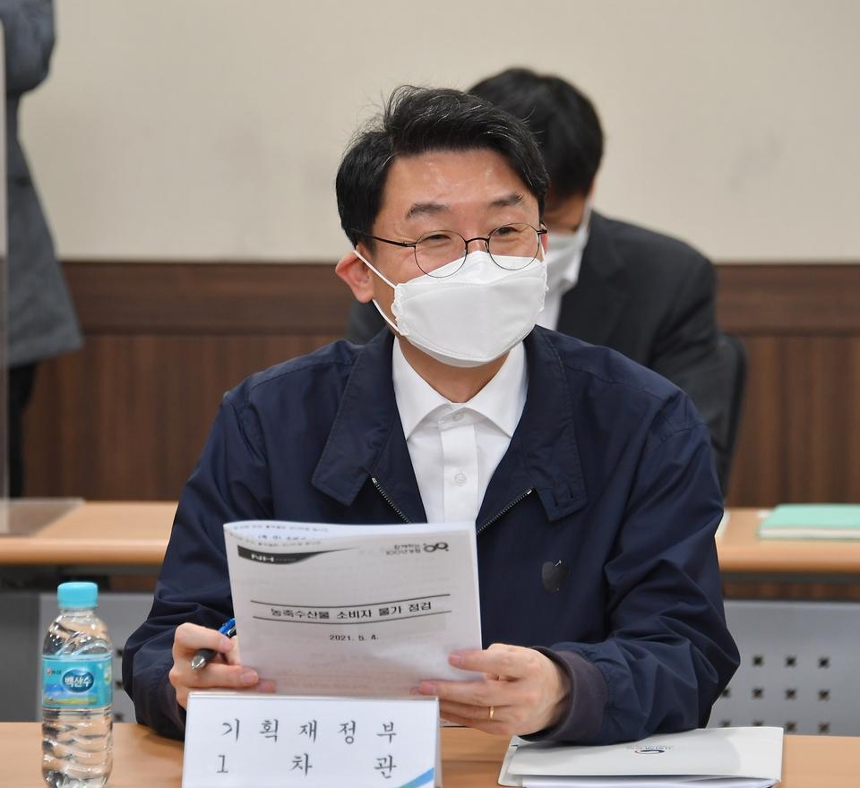 이억원 기획재정부 차관이 4일 서울 서초구 양재동 농협 하나로마트를 방문, 모두발언을 하고 있다.