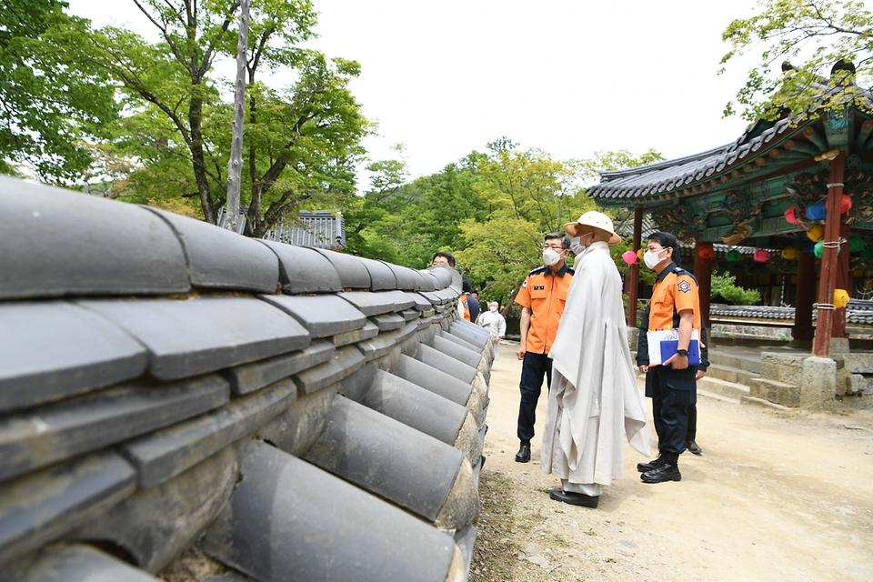신열우 소방청장은 6일 전남 순천시 송광사를 방문해 부처님 오신 날을 앞두고 전통사찰 화재안전점검을 실시하고 있다.