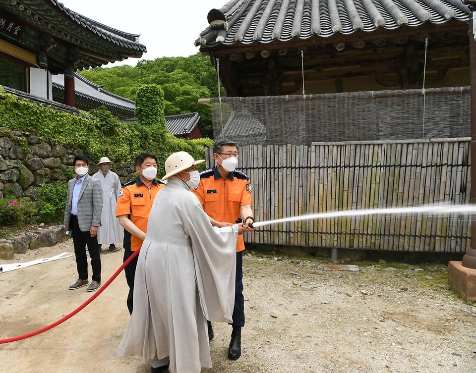 신열우 소방청장은 부처님 오신 날을 앞두고 6일 전남 순천시 송광사를 방문, 소화 설비를 점검하고 있다.
