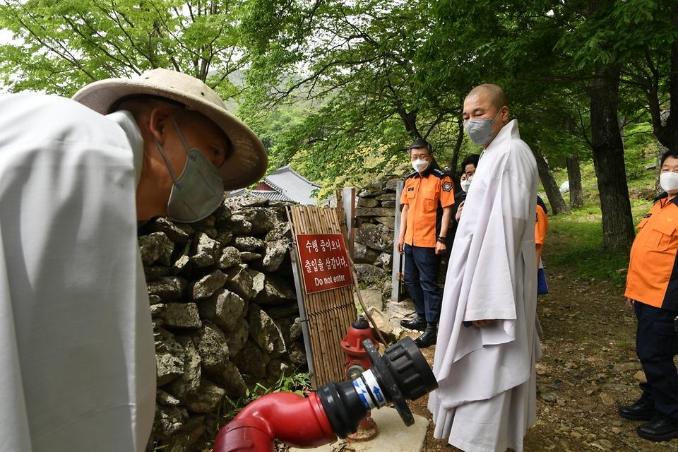 신열우 소방청장은 부처님 오신 날을 앞두고 6일 전남 순천시 송광사를 방문, 소화설비를 점검하고 있다.