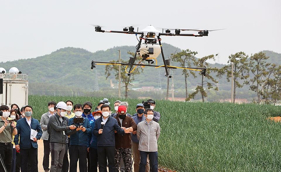 허태웅 농촌진흥청장이 6일 전남 무안군 현경면 일대에서 열린 양파 디지털농업 현장 연시회에 참석해 드론을 시연하고 있다.