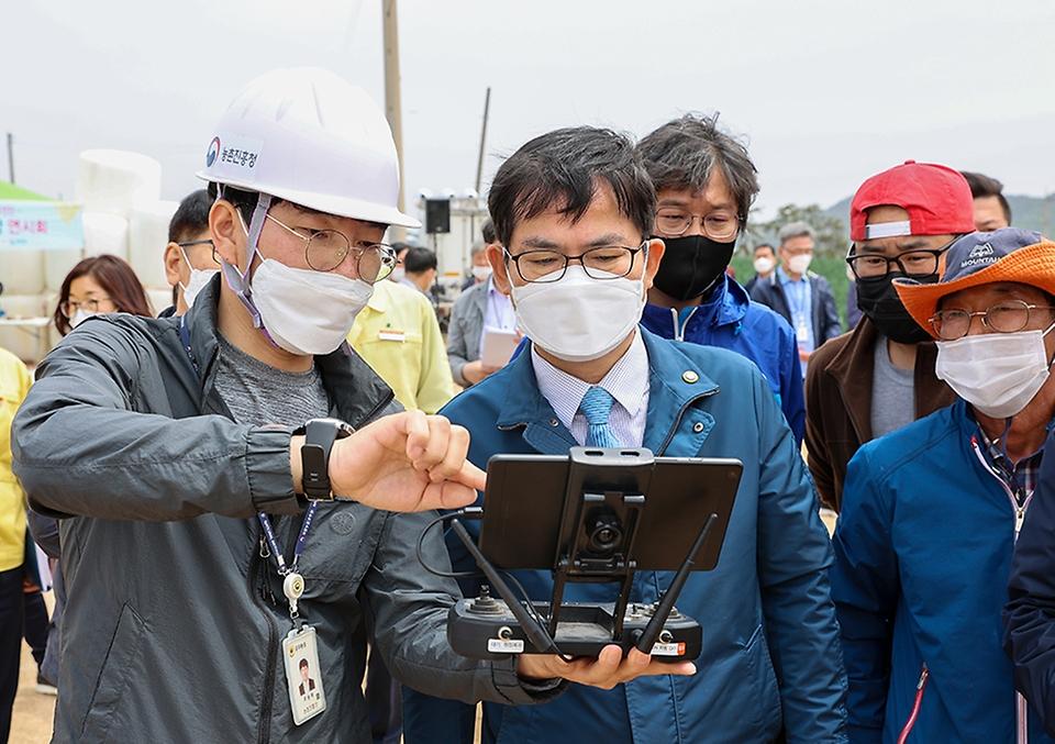 허태웅 농촌진흥청장이 6일 전남 무안군 양파 디지털농업 현장 실증 농가를 방문, 자동 물관리 시스템과 드론을 이용한 방제 기술을 살펴보고 있다.
